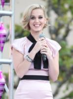 Katy Perry - Los Angeles - 14-12-2011 - Essere bionda o essere mora? Questo è il dilemma!