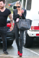 Ashley Tisdale - Beverly Hills - 15-12-2011 - Le celebrity ne vanno matte: è la Celine Luggage Tote Bag!