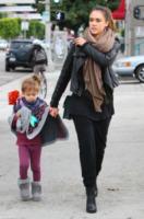 Honor Warren, Jessica Alba - West Hollywood - 18-12-2011 - È arrivato l'autunno: tempo di tirar fuori il poncho!