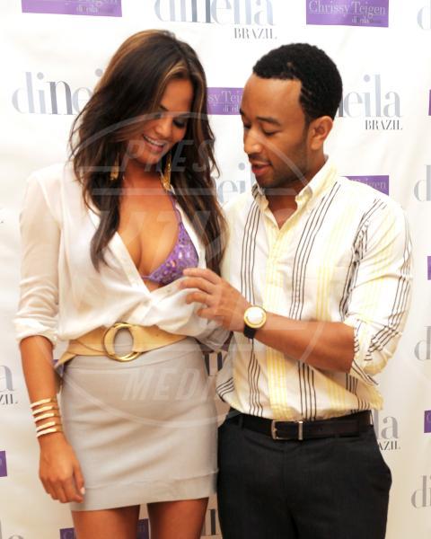 Christine Teigen, John Legend - Los Angeles - 27-12-2011 - I segreti delle dive non sono più coperti…dal vestito