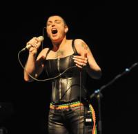 """Sinead O'Connor - Dublino - 18-12-2011 - Sinead O'Connor è tornata a essere """"ragazzo e ragazza"""" con il marito"""