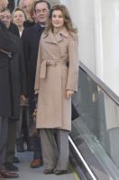 Re Felipe di Borbone, Letizia Ortiz - Albacete - 15-12-2010 - L'inverno porta in dote i colori neutrali, come il beige
