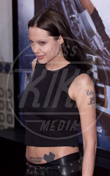Angelina Jolie - Westwood - 11-06-2001 - A ogni star il suo colore: nero per Angelina, rosa per Paris