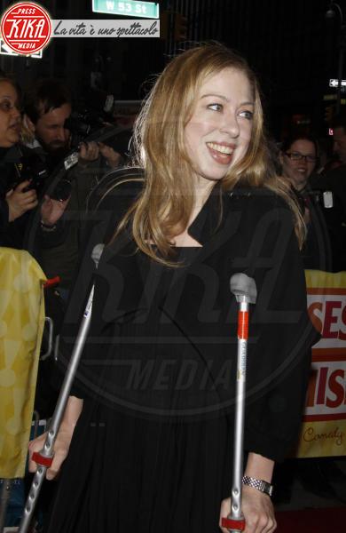 Chelsea Clinton - New York - 25-04-2010 - Bende, cerotti, gessi, la dura vita della star