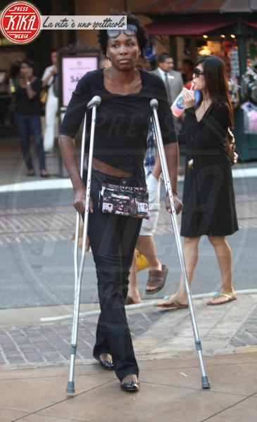 Venus Williams - Los Angeles - 03-10-2010 - Bende, cerotti, gessi, la dura vita della star
