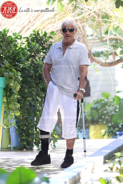 Jean-Paul Belmondo - Miami - 21-02-2011 - Bende, cerotti, gessi, la dura vita della star