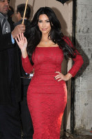 Kim Kardashian - New York - 23-01-2012 - Kim, Kourtney e Khloe Kardashian posano in topless per la loro linea di jeans
