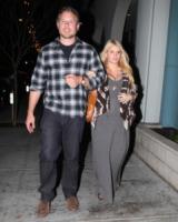 Eric Johnson, Jessica Simpson - Santa Monica - 27-01-2012 - Jessica Simpson sceglie vestiti rosa per il bambino in arrivo