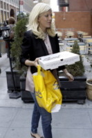 Dean McDermott, Tori Spelling - New York - 27-01-2012 - Star come noi: portano a casa gli avanzi dal ristorante