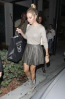 Ashley Tisdale - Beverly Hills - 27-01-2012 - Star come noi: portano a casa gli avanzi dal ristorante
