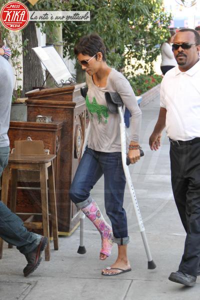 Halle Berry - Los Angeles - 29-01-2012 - Bende, cerotti, gessi, la dura vita della star