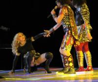 Madonna - Indianapolis - 06-02-2012 - Star come noi: mamma che capitombolo!