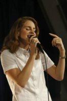 """Lana Del Rey - Hollywood - 07-02-2012 - Lana Del Rey onesta nelle interviste: """"Dormo sul divano del mio ex"""""""