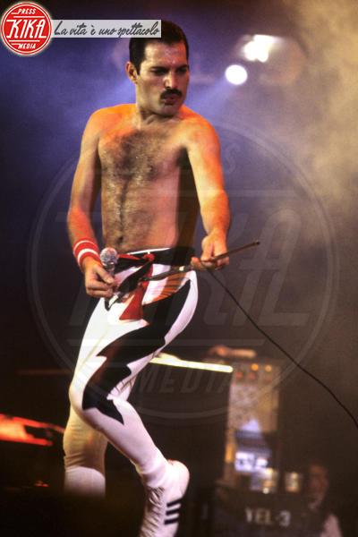 Freddie Mercury - Londra - 07-09-1984 - Bohemian Rapsody: Rami Malek a torso nudo sul palco