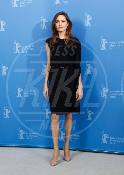 Angelina Jolie - 11-02-2012 - A ogni star il suo colore: nero per Angelina, rosa per Paris