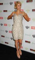"""Paris Hilton - Los Angeles - 13-02-2012 - Paris Hilton illustra i pericoli del """"drunk sexting"""" nel suo nuovo singolo"""