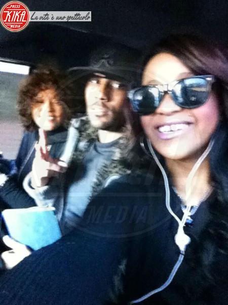 """Bobbi Kristina Brown, Whitney Houston - Los Angeles - 14-02-2012 - Bobbi Kristina """"non è sparita"""": la figlia di Whitney Houston con la famiglia dopo il funerale"""