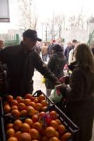 volontario distribuisce arance - Milano - 29-02-2012 - Il Pane Quotidiano ai tempi dell'Euro
