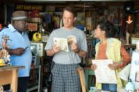 Tom Hanks - Los Angeles - 25-08-2011 - Leggere, che passione! Anche le star lo fanno!