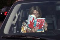 Mischa Barton - Beverly Hills - 09-01-2007 - Leggere, che passione! Anche le star lo fanno!