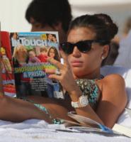 Claudia Galanti - Miami - 27-12-2011 - Leggere, che passione! Anche le star lo fanno!