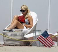Paris Hilton - Malibu - 07-08-2007 - Leggere, che passione! Anche le star lo fanno!