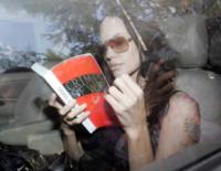 Angelina Jolie - Pune - 12-10-2006 - Leggere, che passione! Anche le star lo fanno!