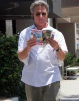 Dustin Hoffman - Brentwood - 29-06-2007 - Leggere, che passione! Anche le star lo fanno!