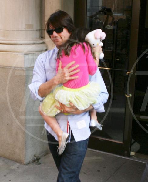 Suri Cruise, Tom Cruise - Chicago - 17-12-2011 - Amore, ma quando scendi dalle braccia di mamma?