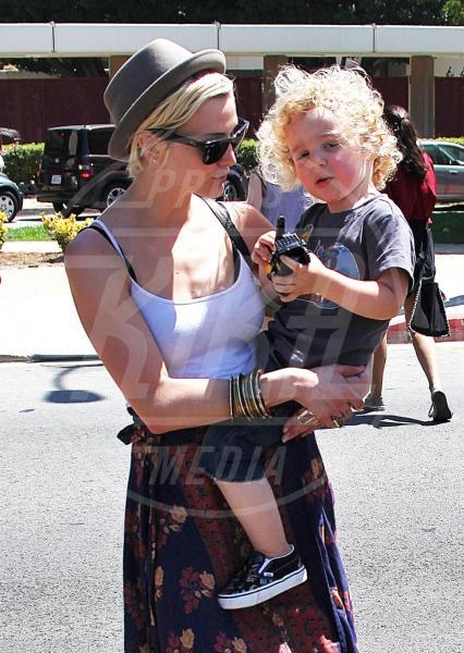 Bronx Mowgli Wentz, Ashlee Simpson - Hollywood - 27-06-2011 - Amore, ma quando scendi dalle braccia di mamma?
