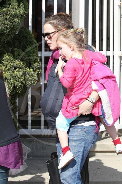 Seraphina Rose Elizabeth Affleck, Violet Anne Affleck, Jennifer Garner - Los Angeles - 19-02-2012 - Amore, ma quando scendi dalle braccia di mamma?