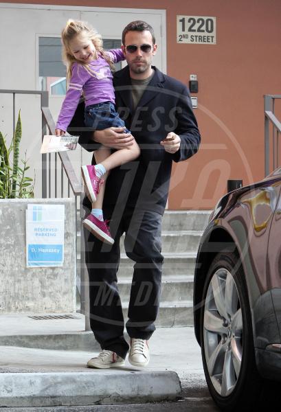 Violet Anne Affleck, Ben Affleck - Los Angeles - 06-11-2010 - Amore, ma quando scendi dalle braccia di mamma?