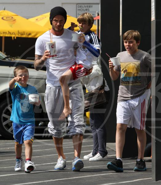 Brooklyn, Cruz, David Beckham, Romeo - Beverly Hills - 10-06-2011 - Amore, ma quando scendi dalle braccia di mamma?