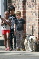Shiloh Jolie Pitt, Maddox Jolie Pitt, Zahara Jolie Pitt - New Orleans - 07-03-2012 - Ruba gli Ipad nell'auto dei Jolie-Pitt, catturato