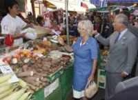 Principe Carlo d'Inghilterra, Camilla Parker Bowles - Brixton - 21-07-2010 - Dalla fattoria a casa tua, spesa bio da star