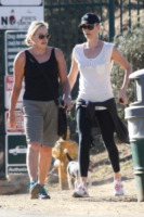 Gerda Theron, Charlize Theron - Hollywood - 18-10-2011 - Tieniti  in  forma   con   l'hiking!