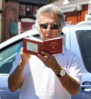 Dustin Hoffman - Brentwood - 24-08-2010 - Leggere, che passione! Anche le star lo fanno!