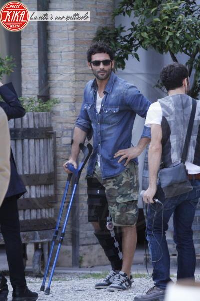 Francesco Arca - Roma - 02-04-2012 - Bende, cerotti, gessi, la dura vita della star