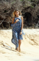 Indiana Evans - Maui - 03-04-2012 - Shorts, minidress o pareo: e tu cosa indossi in spiaggia?