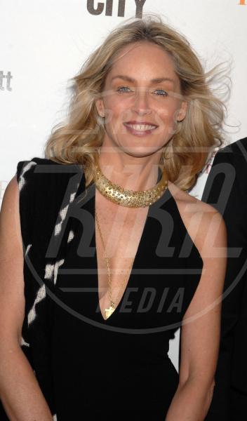 Sharon Stone - Hollywood - 04-05-2012 - Sharon, qualche volta il reggiseno mettilo. O anche no