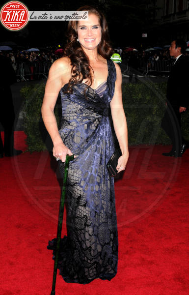 Brooke Shields - New York - 07-05-2012 - Bende, cerotti, gessi, la dura vita della star