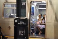 Cisely Saldana, Zoe Saldana - New York - 13-05-2012 - Star come noi: Zoe Saldana in metropolitana con la sorella