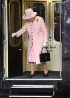 Regina Elisabetta II - Manchester - 23-03-2012 - Autista personale? Macché! I vip scelgono i mezzi pubblici