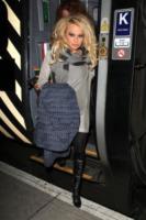 Pamela Anderson - Liverpool - 02-01-2011 - Autista personale? Macché! I vip scelgono i mezzi pubblici
