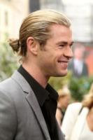 Chris Hemsworth - Londra - 14-05-2012 - L'uomo con i capelli lunghi? Meglio con il codino!