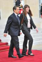 Trierweiler, François Hollande, Nicolas Sarkozy, Carla Bruni - Parigi - 15-05-2012 - Sarkozy deriso dai media. Notate nulla in questo scatto?