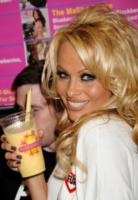 Pamela Anderson - West Hollywood - 09-04-2010 - Tutti pazzi per lo smoothie! Ecco come si dissetano i VIP