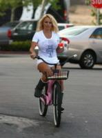 Pamela Anderson - Malibu - 02-05-2008 -  Dove vai se la bicicletta, trendy, non ce l'hai?