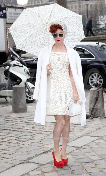 Fan Bingbing - Parigi - 07-03-2012 - La primavera non arriva. E tu, di che ombrello sei?