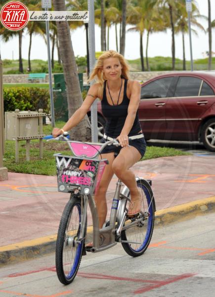 Michelle Hunziker - Miami - 08-06-2012 -  Dove vai se la bicicletta, trendy, non ce l'hai?